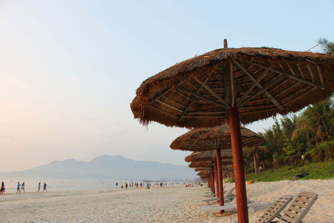 горы, пляж и зонтики