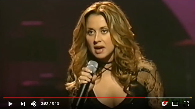 женщина поёт на французском