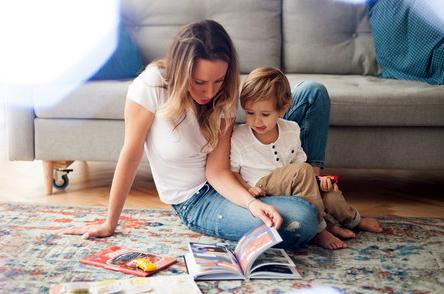 мама читает книгу ребёнку