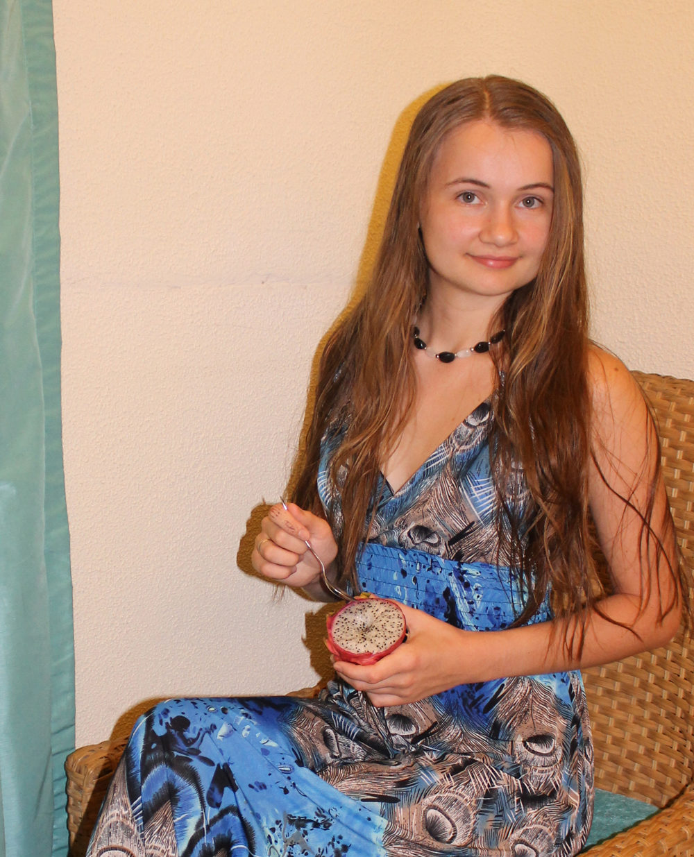 девушка ест драконий фрукт