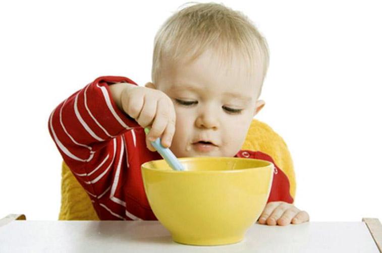 ребёнок кушает прикорм