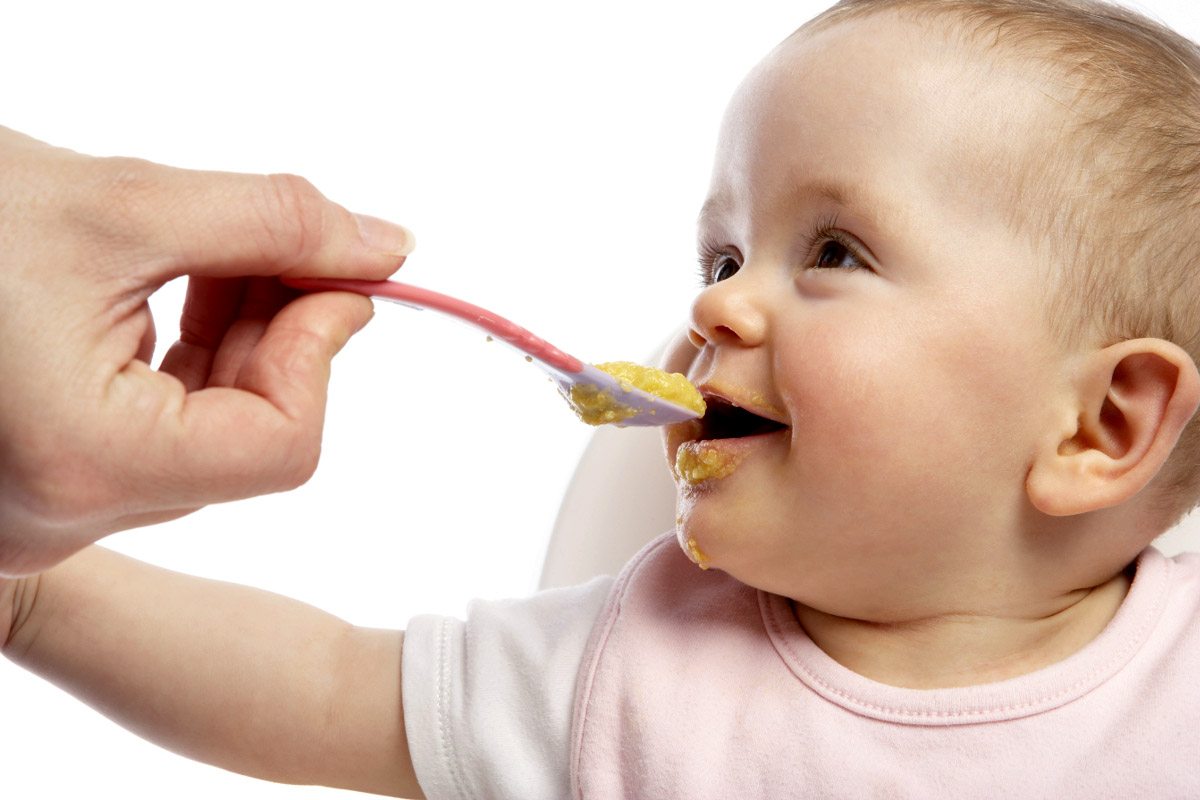 ребёнок ест прикорм