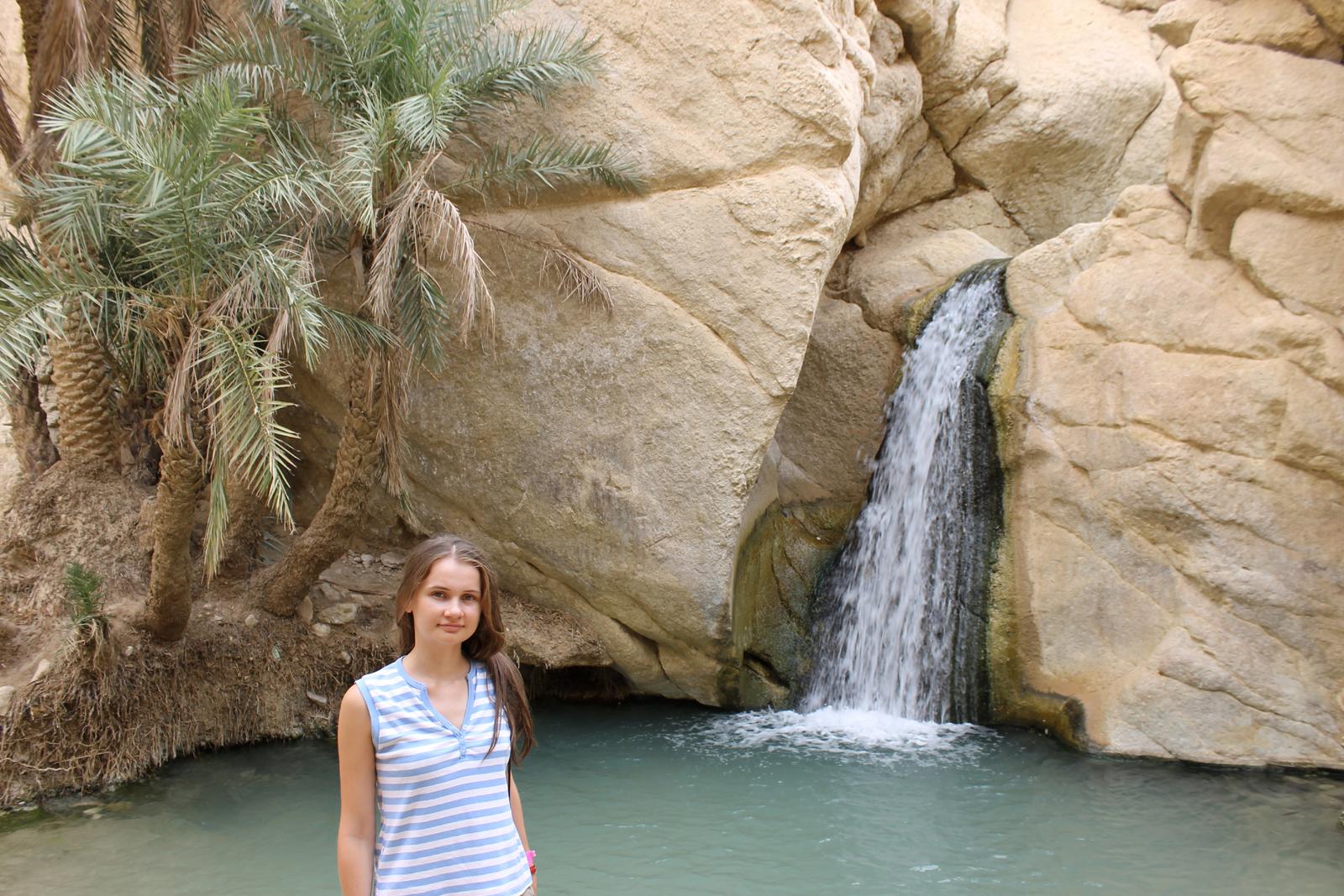 озеро и водопад в пустыне