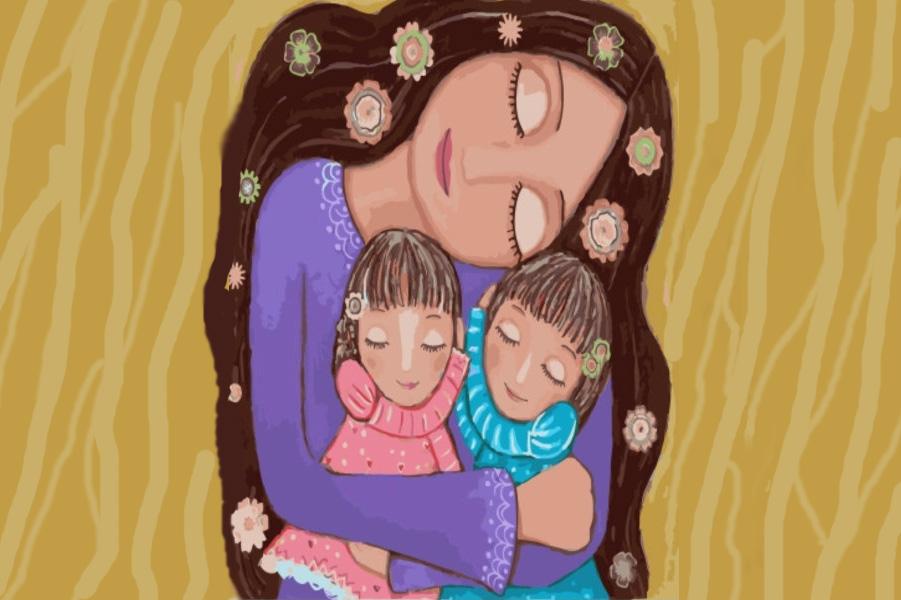 мама обнимает детей