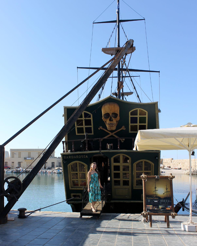 девушка и пиратский корабль