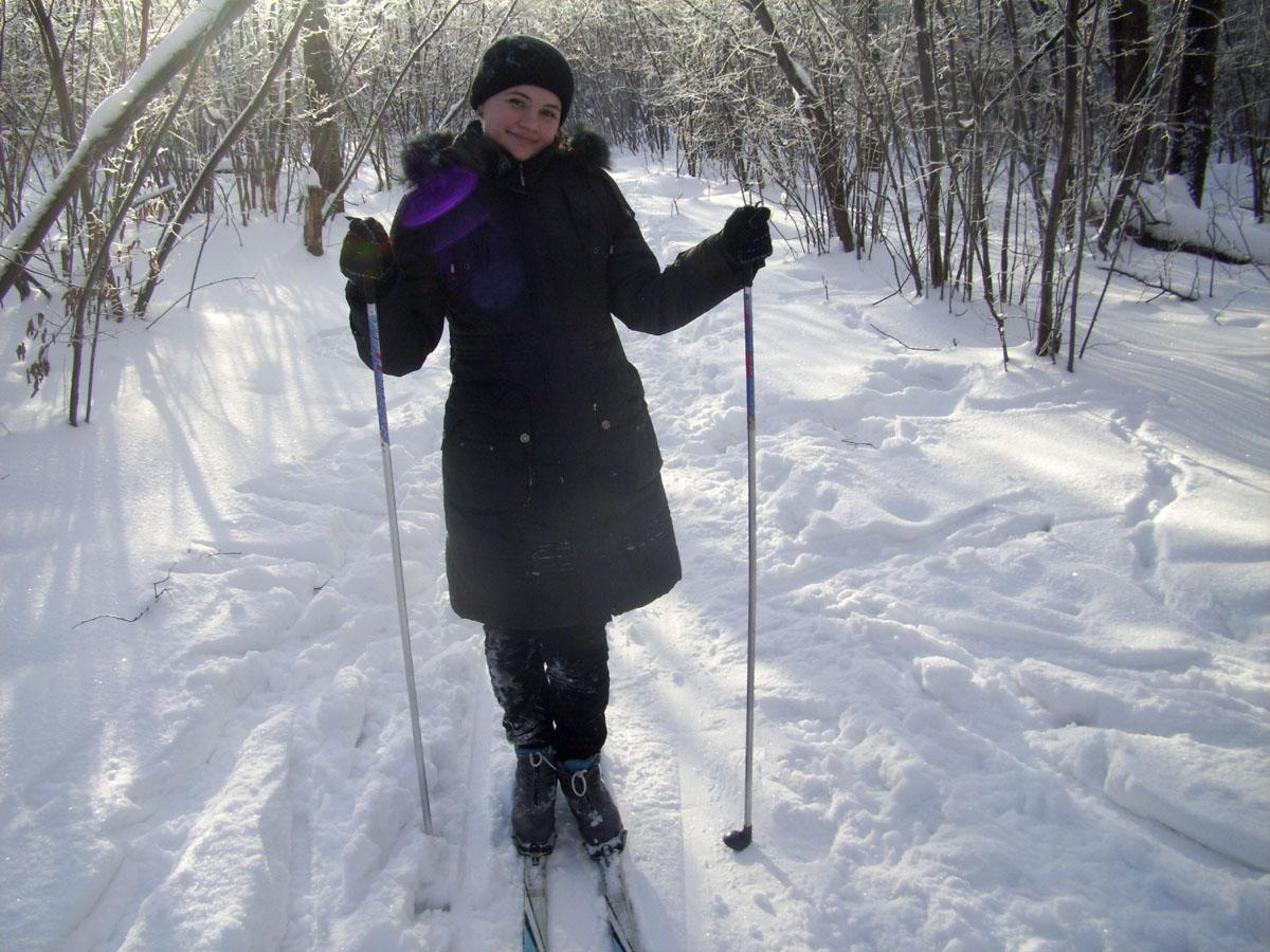девушка на лыжах в лесу