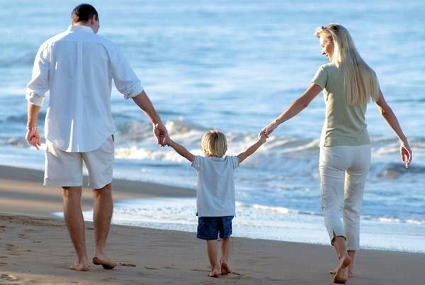 семья с ребёнком на море