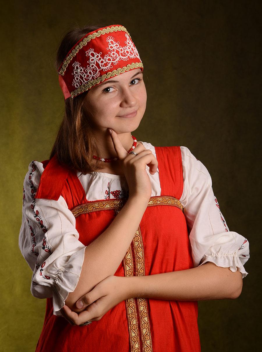 девушка в русском национальном костюме