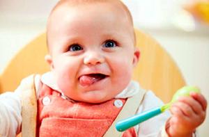 малыш с ложкой