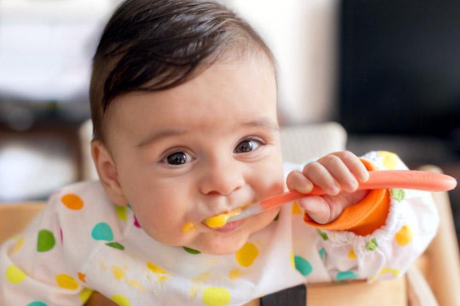 ребёнок ест ложкой