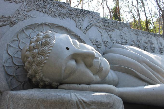 белый Будда Нячанг